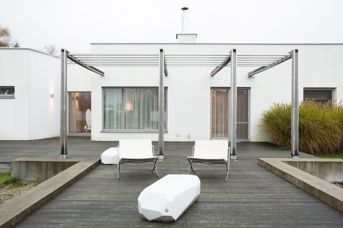 Moderne terrasoverkapping plaatsen materialen prijzen for Moderne tuin met overkapping